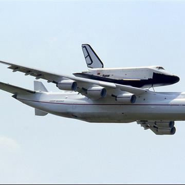 Antonov_An-225_with_Buran_at_Le_Bourget_1989_Manteufel