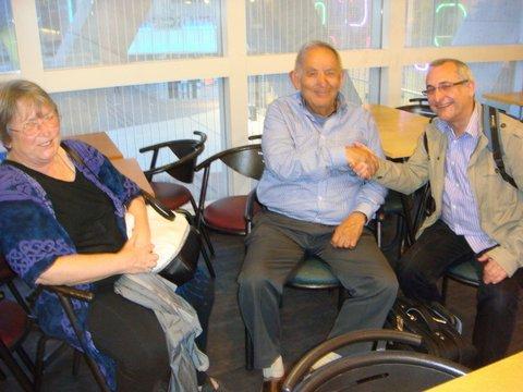 Marylin Salas à gauche et denis Roger Denocla salue Robert Salas