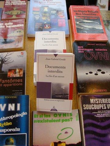 Vente de livres en surplus par le SCEAU  au fond de la salle.