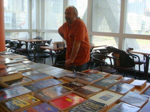 Gilles Durand assiste à la soirée derriere sa boutique du SCEAU
