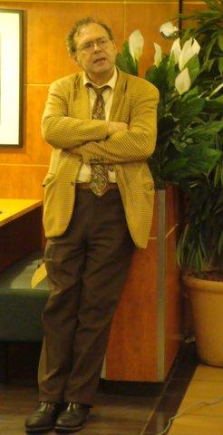 Gilles Lorant debout.