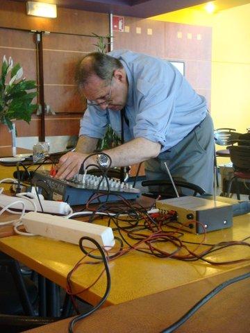 Gilles Lorant   régle la table de mixage.