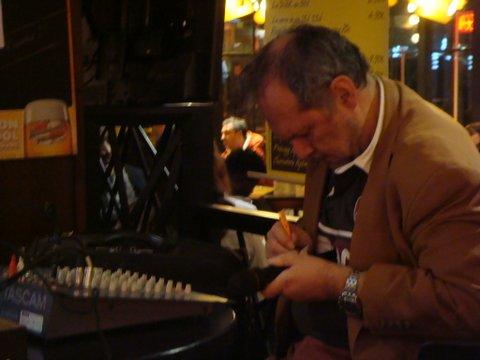 Gilles Lorant au piano.