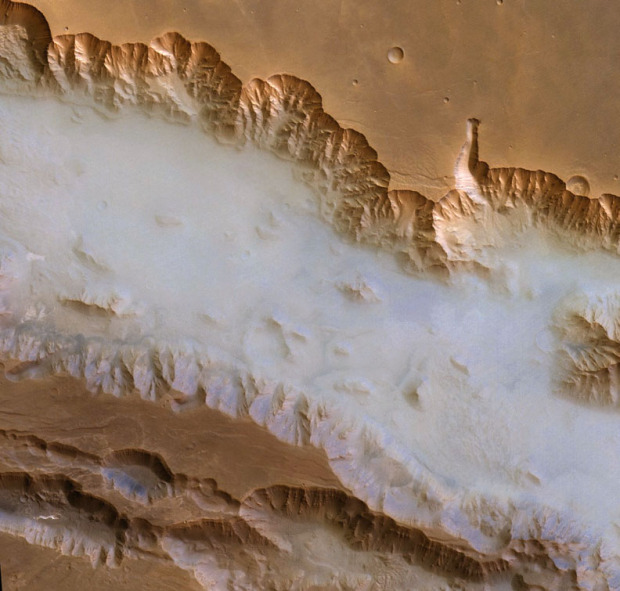fog_valles_marineris-ESA-Mars-express1-620x591