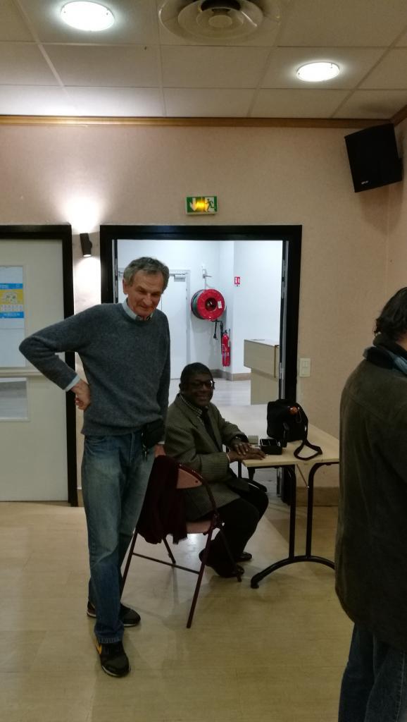 Emmanuel notre cameraman et José qui tient la caisse.