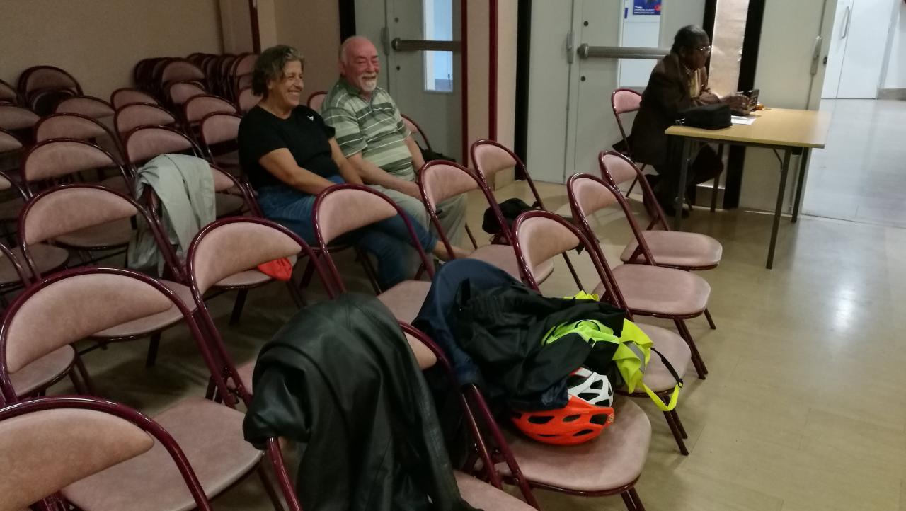 José à l'entré et deux spectateurs au fond de la salle.