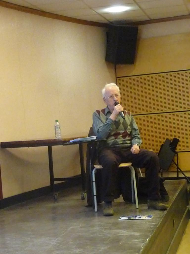 Gildas Bourdais Pendant sa conférence ,à droite de l'écran.
