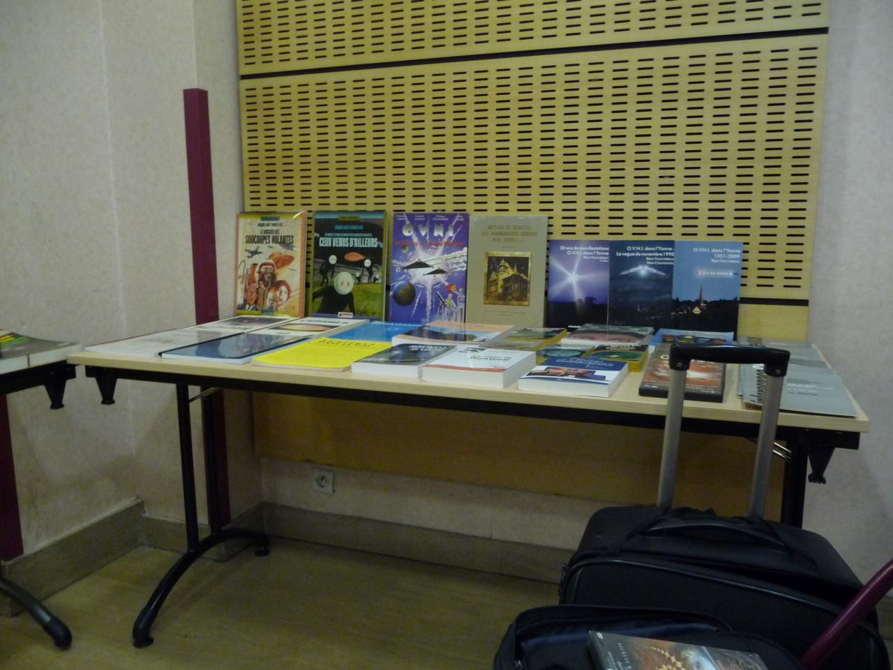 Une des tables de la bibliothèque du SCEAU
