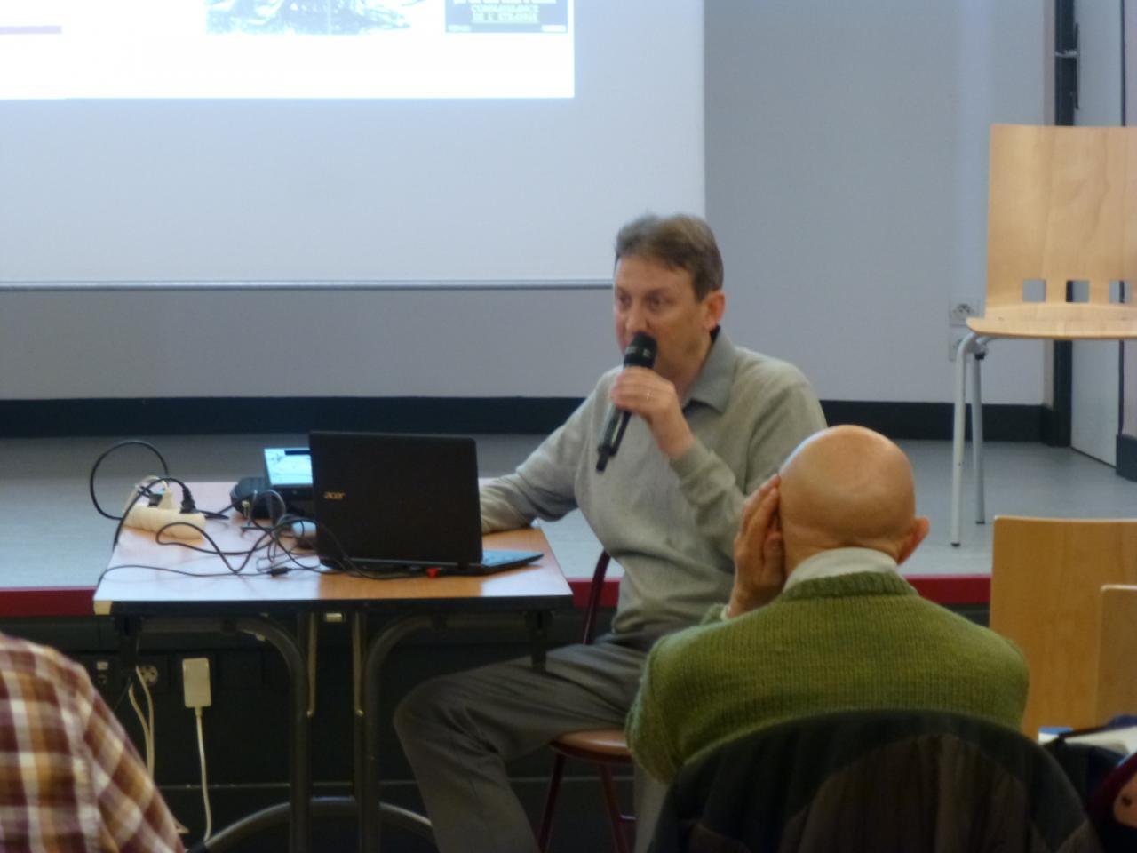 Franck Maurin pendant sa conférence avec un habitué.